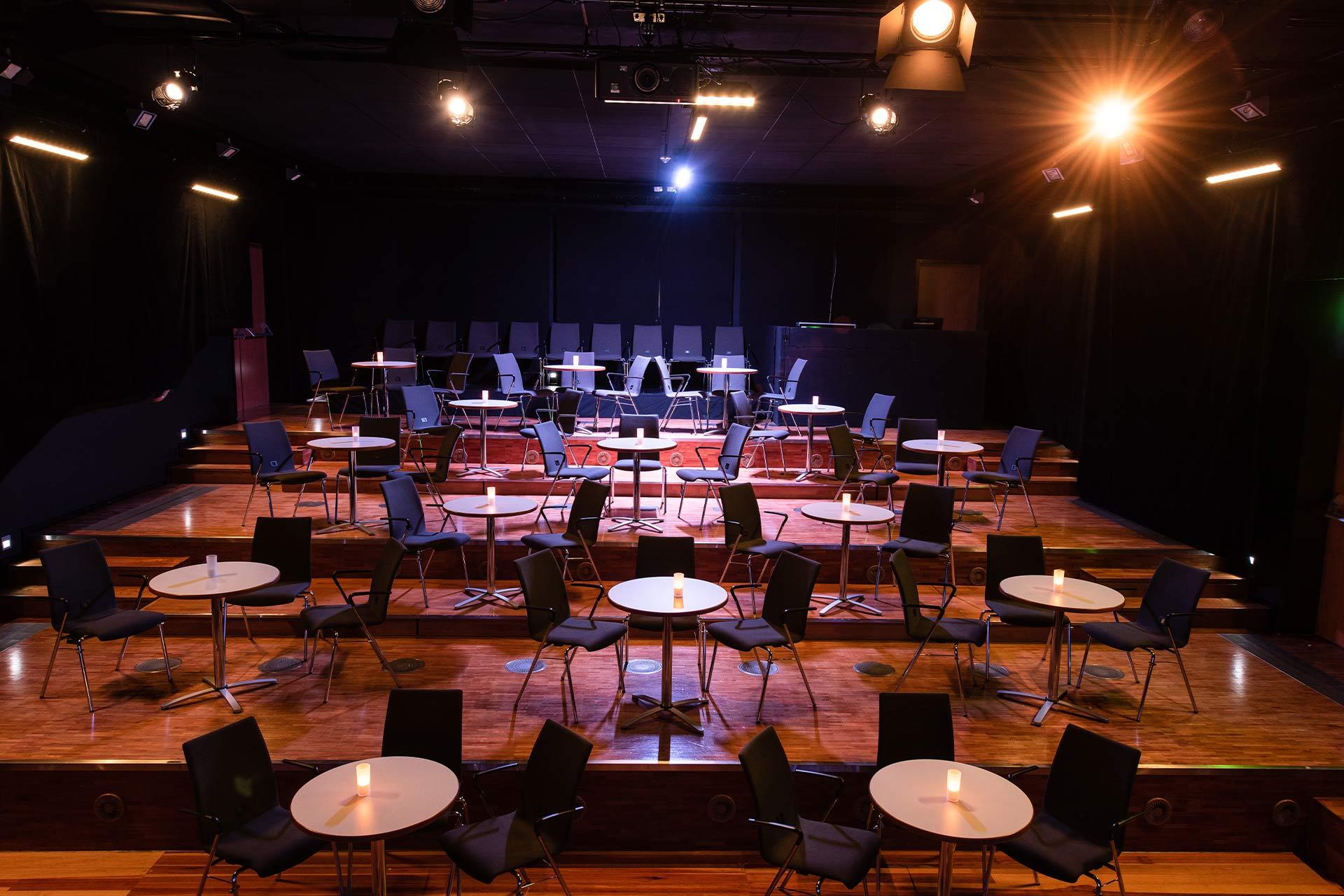 k1 traunreut studiotheater bestuhlung mit bistrotischen